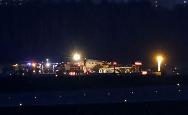 Trosky dopravního letadla Superjet 100 po nouzovém přistání na letišti Sheremetyevo v Moskvě, Rusko, 5. května 2019 - Sputnik Česká republika