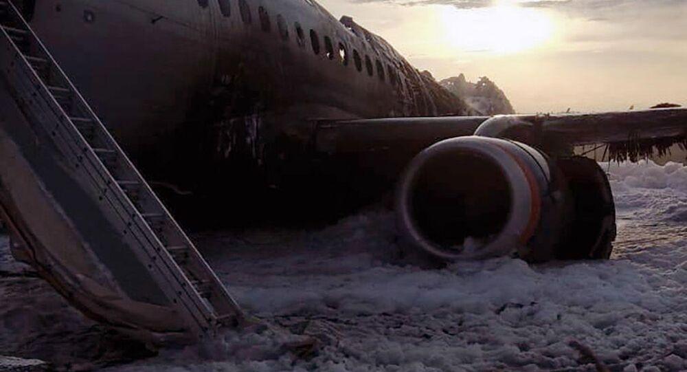 Letadlo SSJ100 se vrátilo během letu Moskva - Murmansk na letiště Šeremetěvo kvůli požáru na palubě. 5. května 2019.