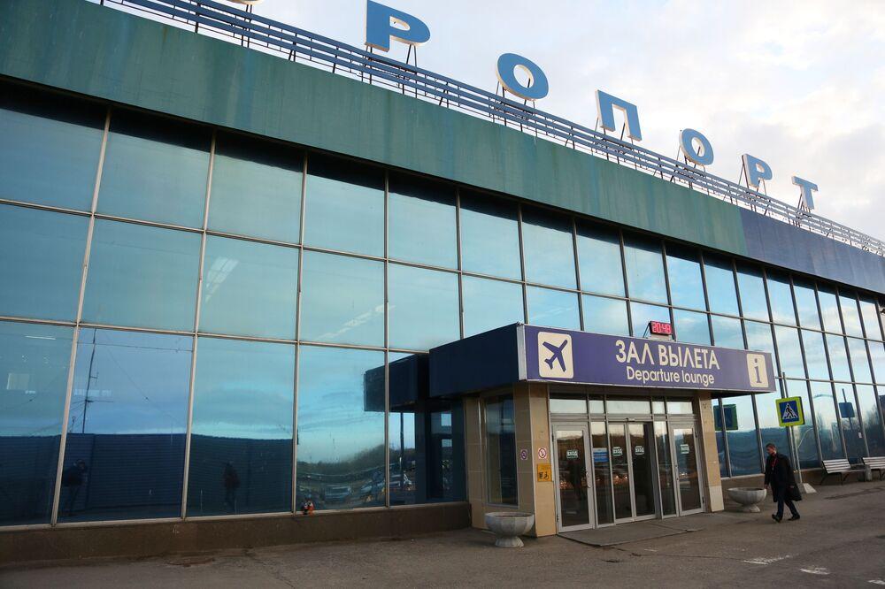 Vstup do budovy mezinárodního letiště v Murmansku, Rusko, 5. května 2019