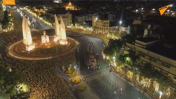 Zlatá slavnost: Nově korunovaného thajského krále slavnostně nesli přes Bangkok - Sputnik Česká republika