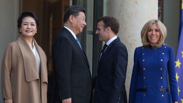 Prezident ČLR Si Ťin-pching a jeho francouzský protějšek Emmanuel Macron se svými manželkami - Sputnik Česká republika