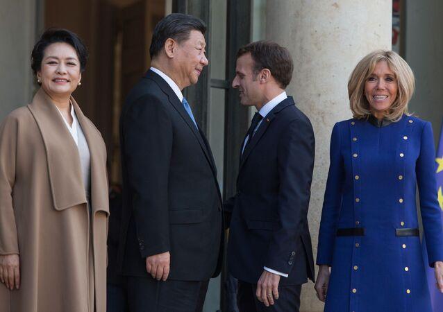 Prezident ČLR Si Ťin-pching a jeho francouzský protějšek Emmanuel Macron se svými manželkami