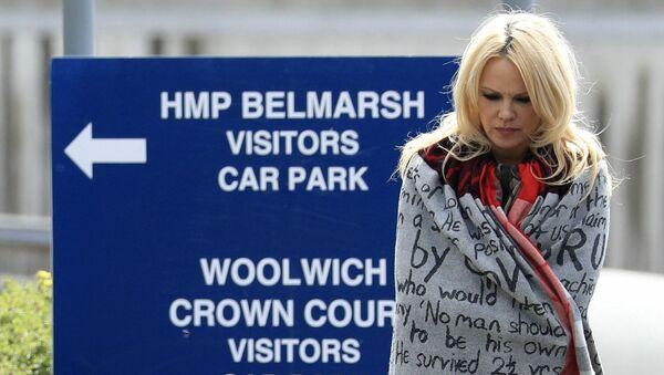 Americká herečka Pamela Andersonová přišla navštivit Juliana Assange ve vězení - Sputnik Česká republika