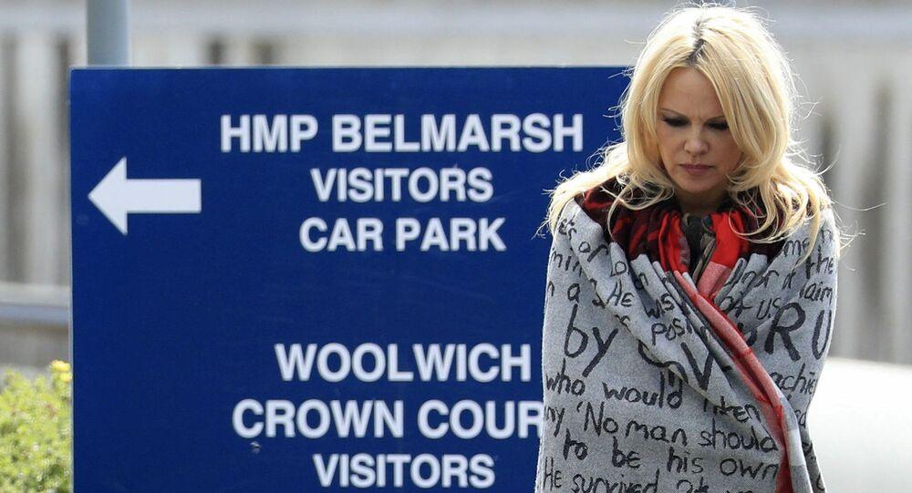 Americká herečka Pamela Andersonová přišla navštivit Juliana Assange ve vězení
