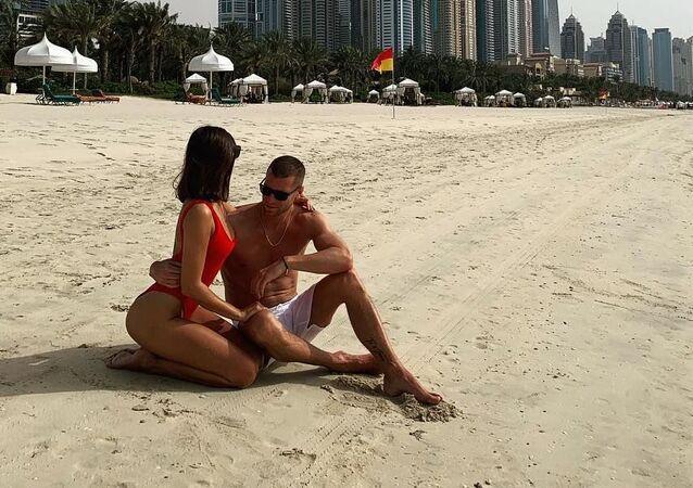 Slovenský rapper Majk Spirit s dívkou na pláži v Dubaji