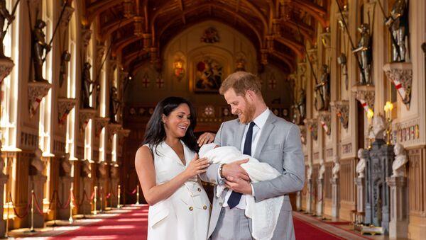 Принц Гарри и Меган, герцогиня Сассексская со своим новорожденным сыном - Sputnik Česká republika