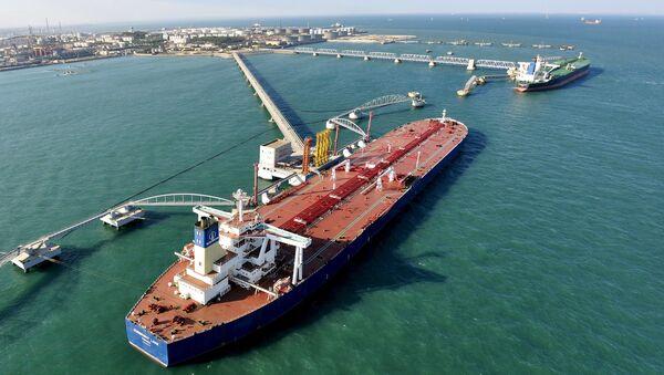 Přístav pro import surové ropy v čínském Čching-tao - Sputnik Česká republika