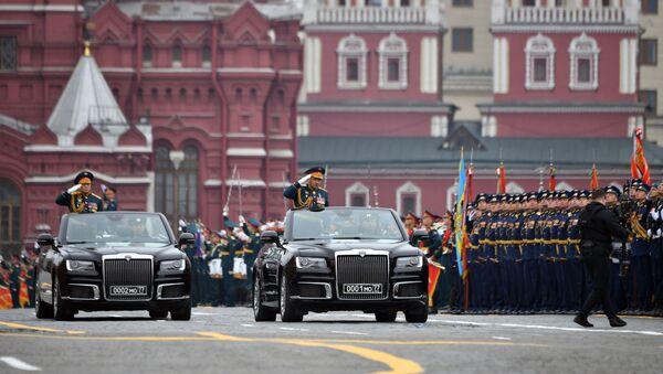 Před vojsky projíždí v kabrioletech ruské výroby Aurus, které se přehlídky účastní poprvé. - Sputnik Česká republika