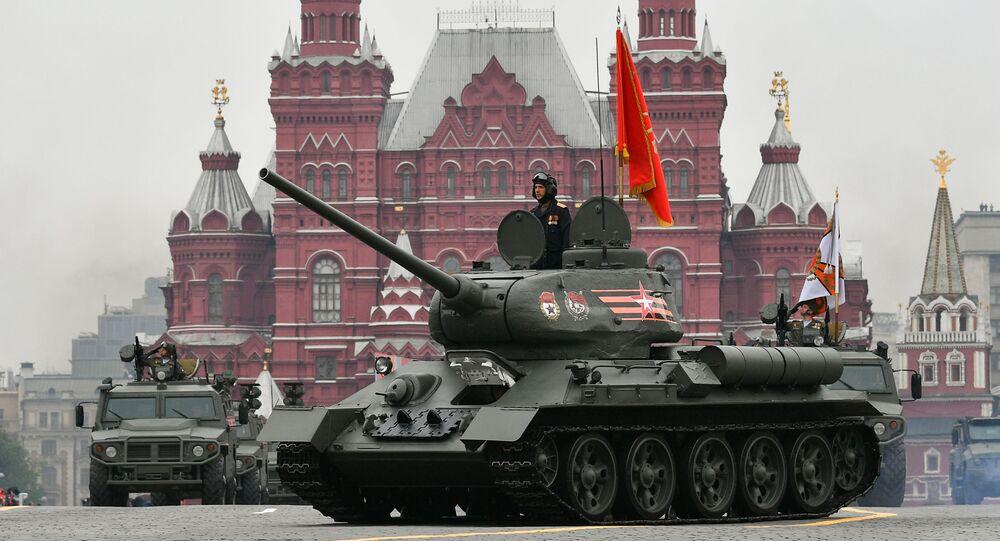 Symbol vítězství – tank T-34 – v doprovodu čtyřkolek s prapory 10 front Velké vlastenecké války