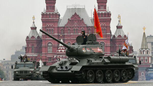 Symbol vítězství – tank T-34 – v doprovodu čtyřkolek s prapory 10 front Velké vlastenecké války - Sputnik Česká republika