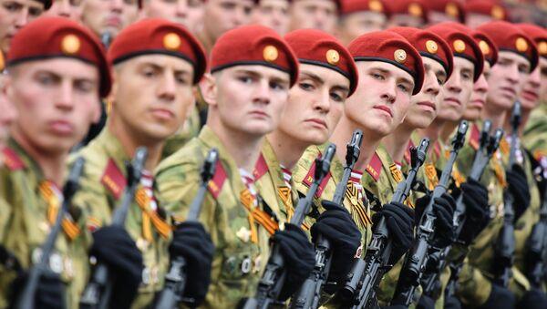 Po kamenných kostkách Rudého náměstí pochodují jednotky vojsk Národní gardy - Sputnik Česká republika