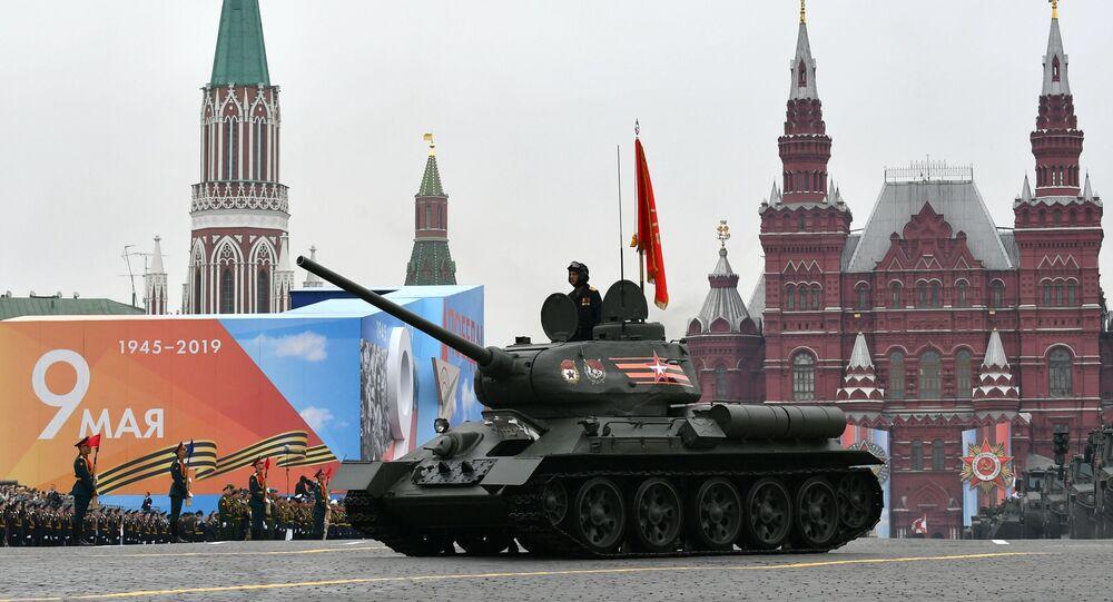 Tank T-34 během přehlídky vítězství v Moskvě