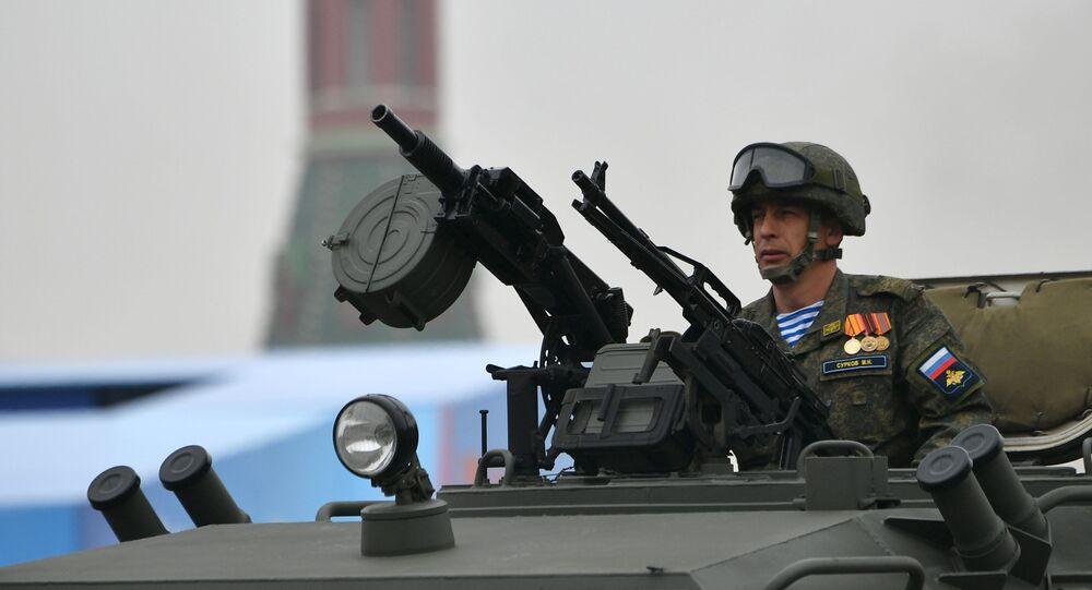 Voják v kabině obrněného automobilu Tigr-M během přehlídky vítězství v Moskvě