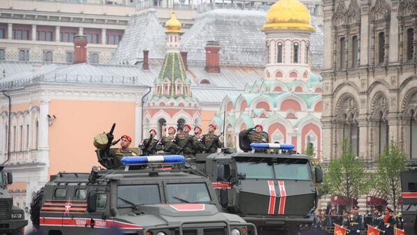 Mechanizovaný konvoj Ruské gardy během přehlídky vítězství v Moskvě - Sputnik Česká republika