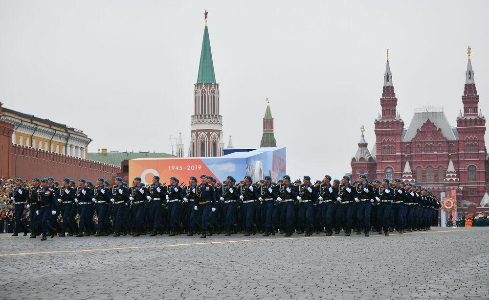 Ať žije 74. výročí Dne vítězství! Záběry z vojenské přehlídky v Moskvě