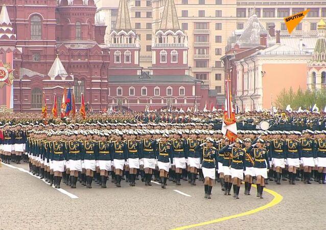 Tanky, kabriolety a slečny: Úžasné video z hlavní ruské vojenské přehlídky k 74. výročí vítězství