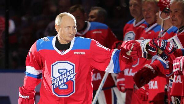 Vladimir Putin se zúčastnil zápasu Noční hokejové ligy  - Sputnik Česká republika