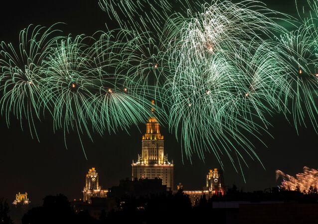 Ohňostroj nad Moskvou na počest Dne vítězství (VIDEO)