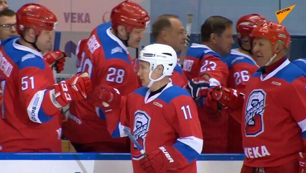 Putin v Soči střelil 8 gólů za Legendy hokeje - Sputnik Česká republika