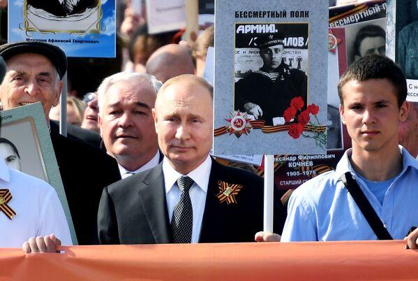 Oslavy Dne vítězství, nový thajský král a tragická havárie ruského letadla. Nejdůležitější události uplynulého týdne - Sputnik Česká republika
