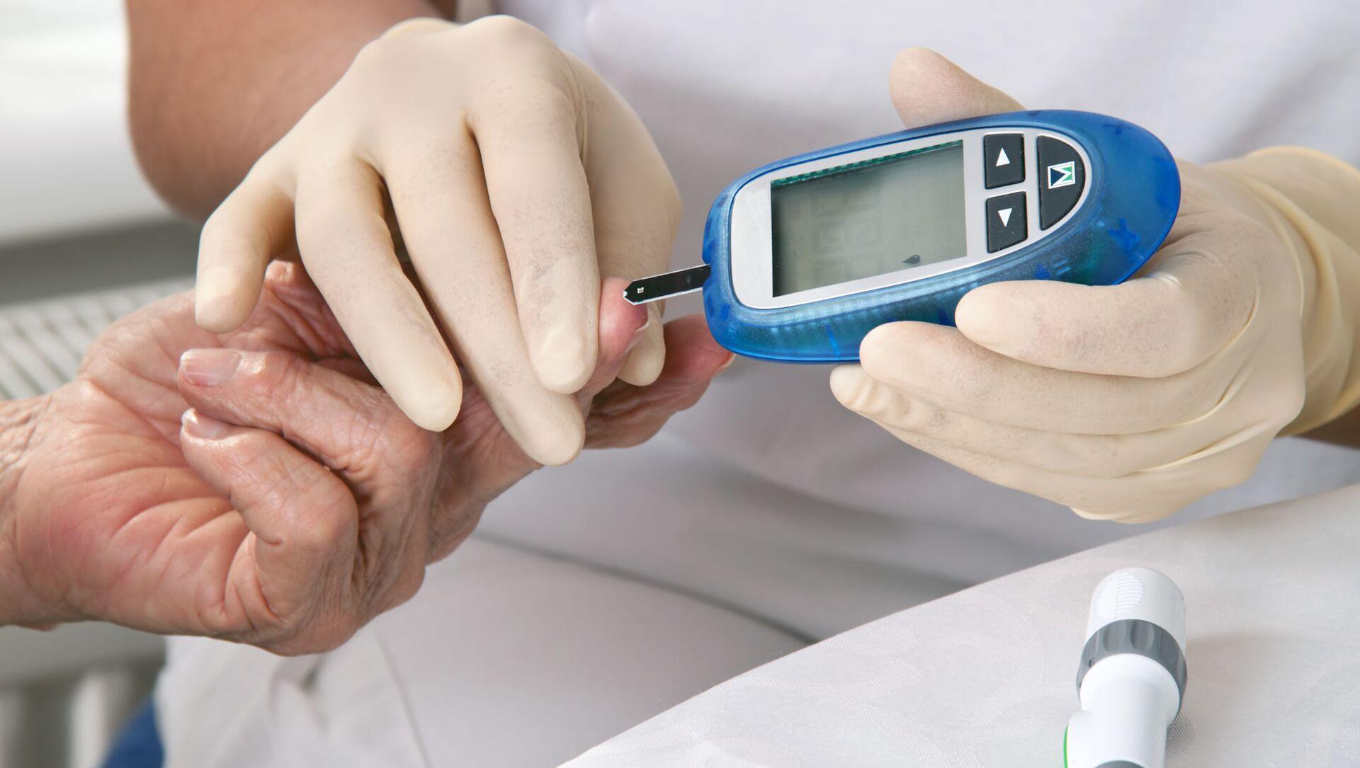 Lékař měří hladinu cukru v krvi - Sputnik Česká republika, 1920, 13.03.2021