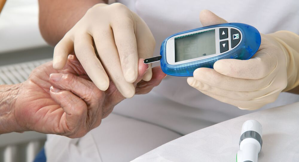 Lékař měří hladinu cukru v krvi