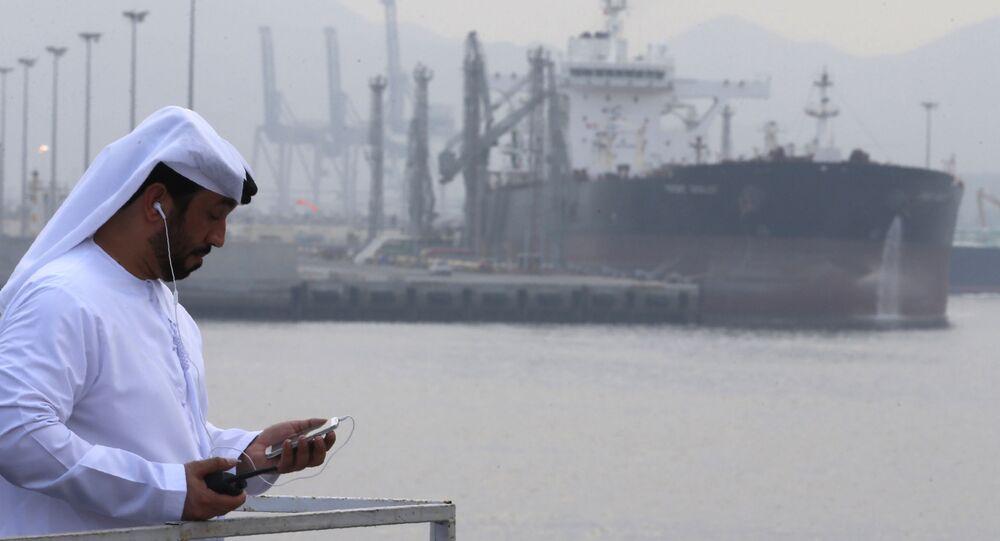 Ropný tanker v přístavu Al Fujairah
