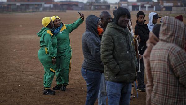Příznivci Afrického národního kongresu (ANC) čekají ve frontě před hlasováním - Sputnik Česká republika