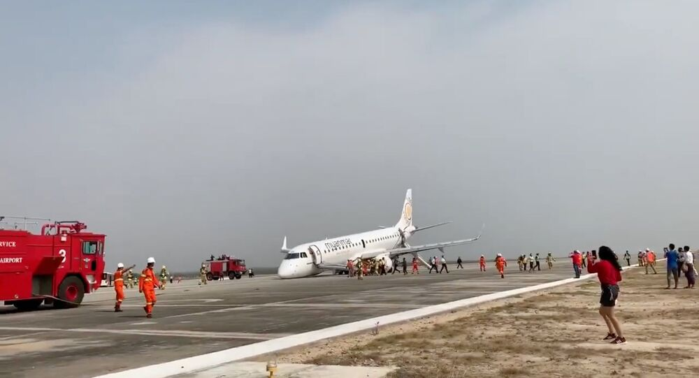 Letadlo společnosti Myanmar National Airlines, které provedlo nouzové přistání bez podvozku na letišti v Mandalay (Myanmar)