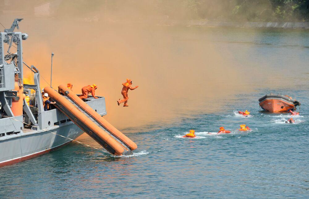 Záchranářské cvičení vojáků ruského Černomořského loďstva v Sevastopolu