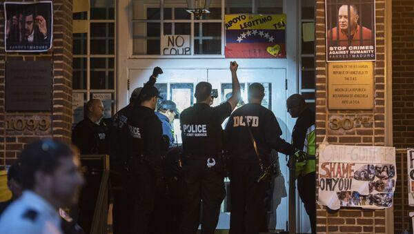 Americká policie u velvyslanectví Venezuely ve Washingtonu - Sputnik Česká republika