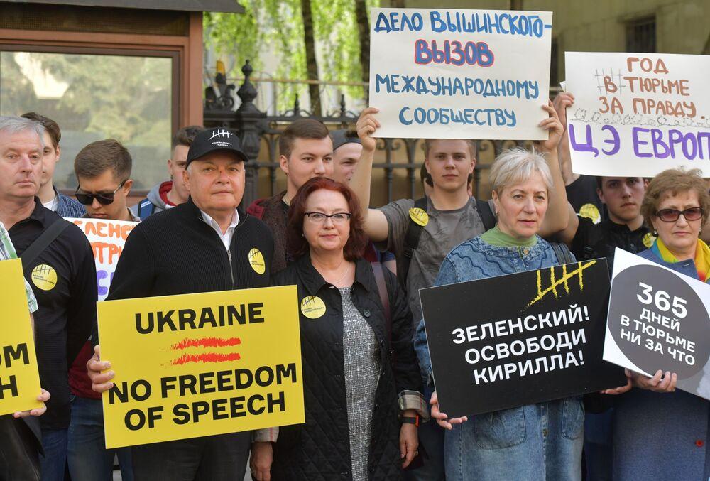 Generální ředitel MIA Rossia Segodnia Dmitrij Kiselev (druhý zleva) během akce na podporu Kirilla Vyšinského
