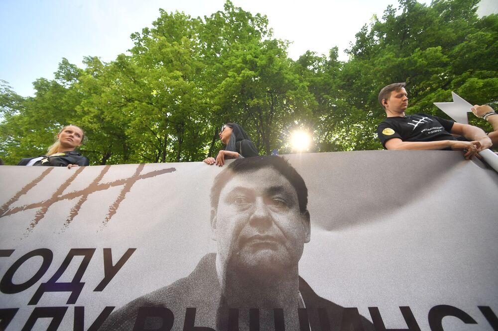 Účastnici akce na podporu Kirilla Vyšinského poblíž velvyslanectví Ukrajiny v Moskvě