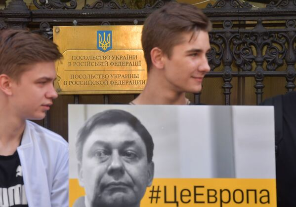 Účastnici akce na podporu Kirilla Vyšinského poblíž velvyslanectví Ukrajiny v Moskvě - Sputnik Česká republika