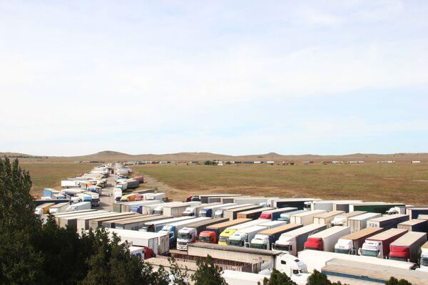 Nákladních vozidel, která čekají na přepravu, je už více než 1000 - Sputnik Česká republika
