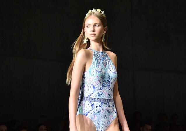 Modelka na přehlídce australské módní značky Aqua Blu během australského Týdne módy v Sydney.