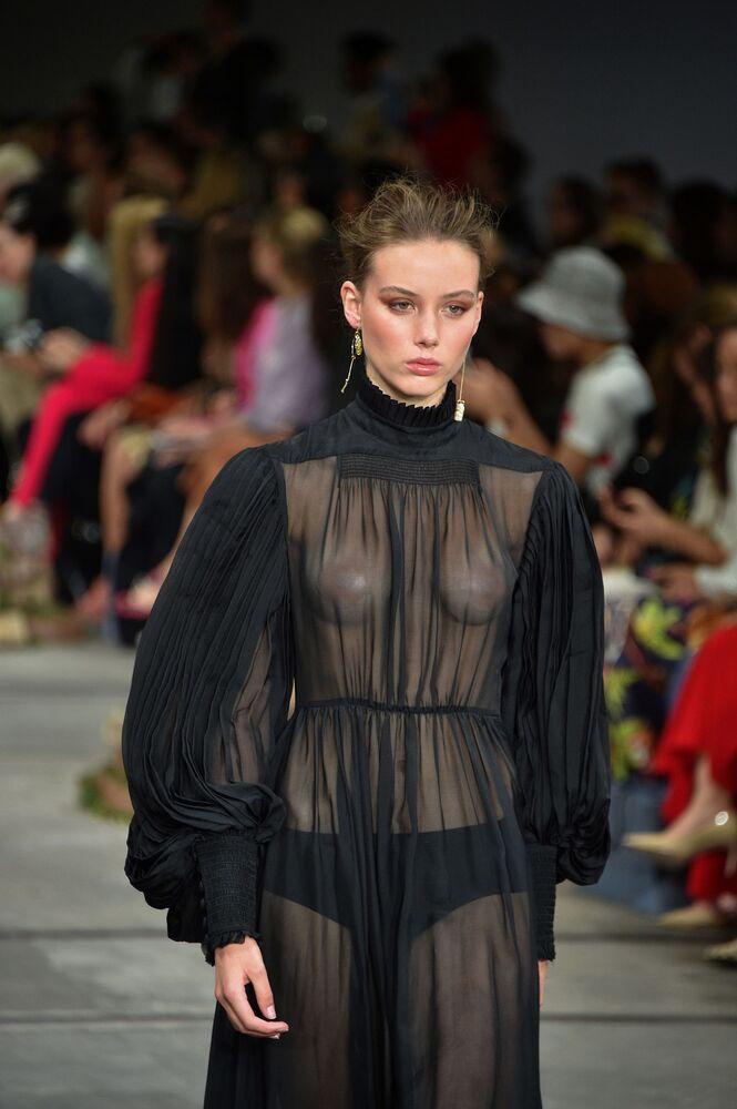 Modelka na přehlídce australské módní značky Leo & Lin během australského Týdne módy v Sydney.