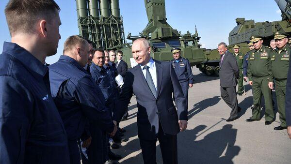 Ruský prezident Vladimir Putin se baví s letci, kteří ho doprovázeli během jeho letu do Achtubinsku - Sputnik Česká republika