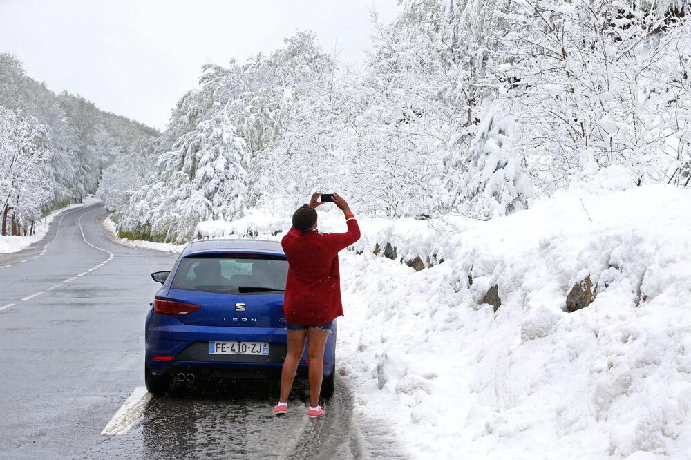 Turistka si fotí sníh na ostrově Korsika.