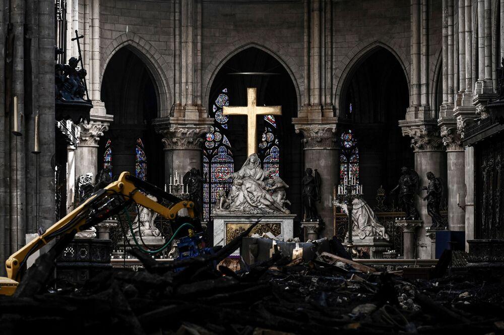 Oltář v pařížské katedrále Notre-Dame během rekonstrukce.