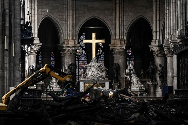 Oltář v pařížské katedrále Notre-Dame během rekonstrukce. - Sputnik Česká republika
