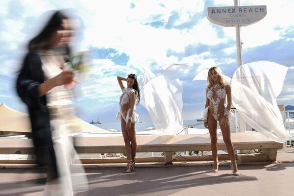 Přehlídka dámských plavek na promenádě Boulevard de la Croisette v Cannes. - Sputnik Česká republika