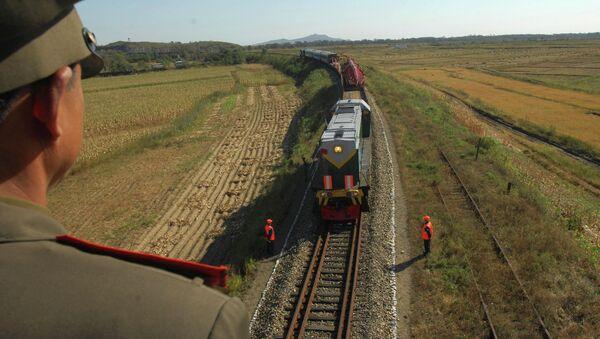 Vlak s ruskými dělníky, kteří přijeli do KLDR, aby opravili místní trať - Sputnik Česká republika