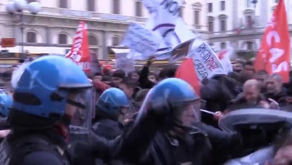 Itálie protestuje. Kruté střety mezianti Salvini demonstranty a policií ve Florencii (VIDEO) - Sputnik Česká republika