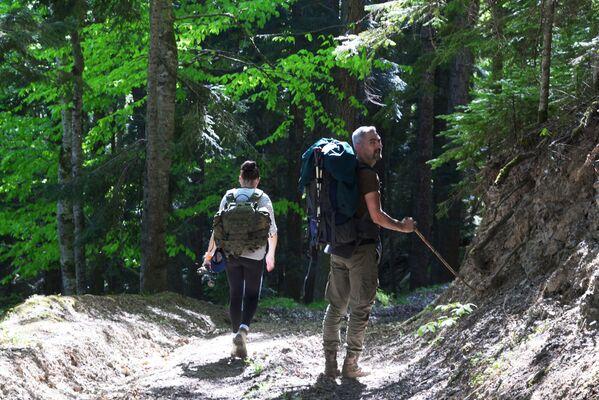 Turisté procházejí lesem severní oblasti Kavkazské přírodní biosférické rezervace Ch. G. Šapošnikova. - Sputnik Česká republika
