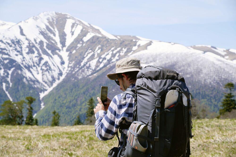 Turista fotí krajinu Kavkazské přírodní biosférické rezervace Ch. G. Šapošnikova.