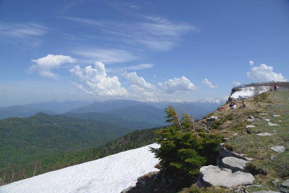 Turisté na úpatí hory na náhorní plošině Lago-Naki v Kavkazské chráněné krajinné oblasti.