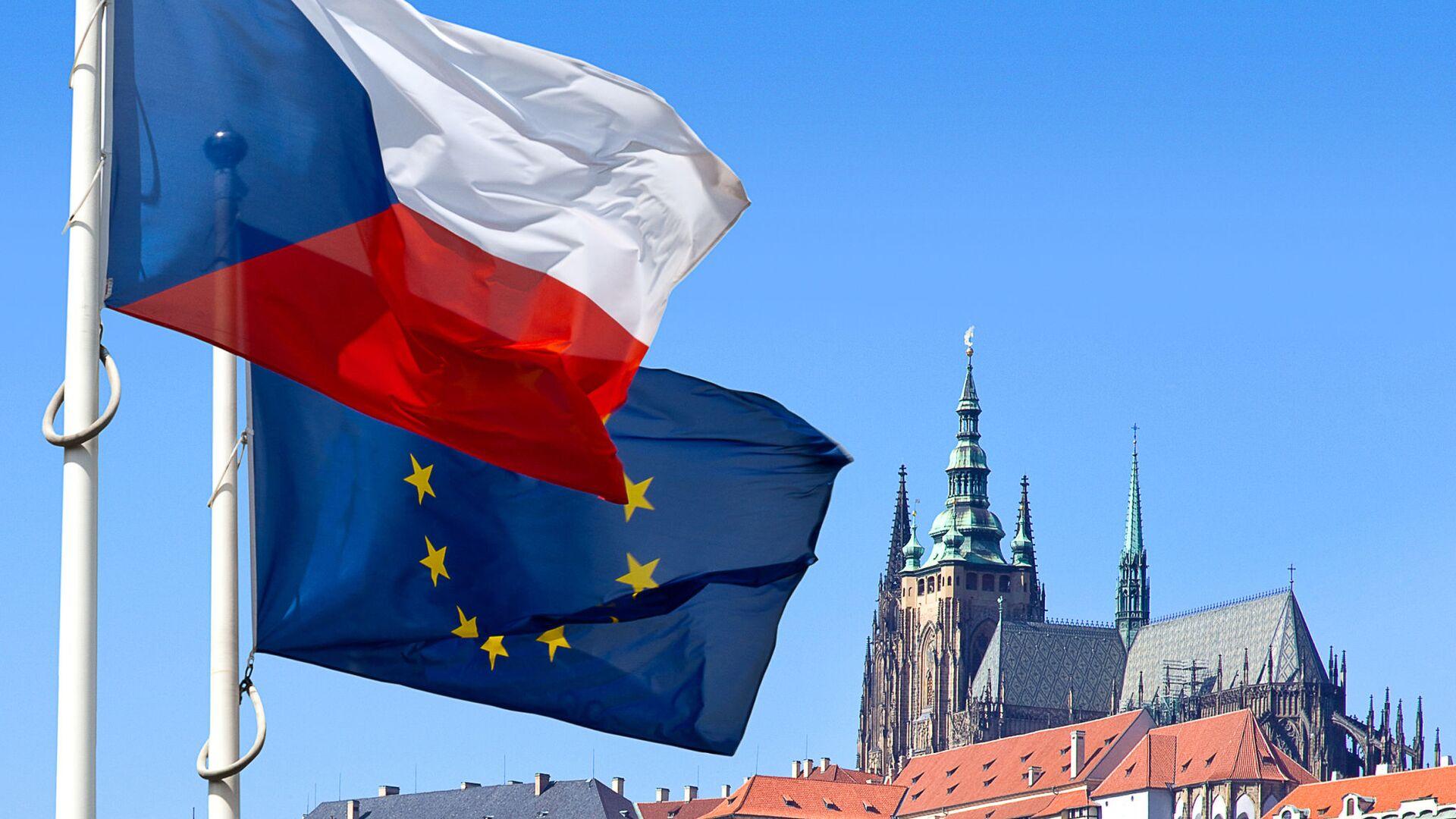Vlajky České republiky a Evropské unie na pozadí Pražského hradu - Sputnik Česká republika, 1920, 07.05.2021