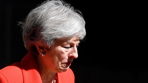 Theresa Mayová se slzami v očích oznámila, že rezignuje! - Sputnik Česká republika