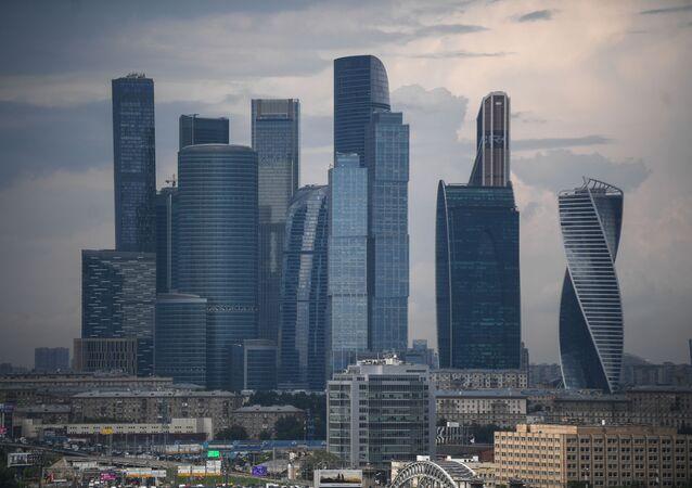 Pohled na mrakodrapy obchodní čtvrtě Moskva-City z vyhlídkové terasy stadionu Lužniki.